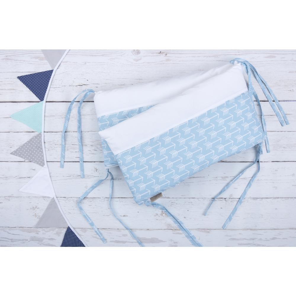 KraftKids Nestchen weiße Pfeile auf Blau Nestchenlänge 60-60-60 cm für Bettgröße 120 x 60 cm
