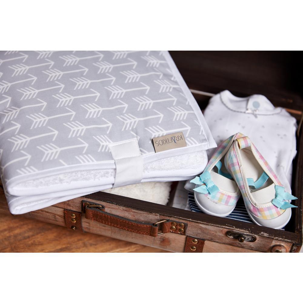 KraftKids Reisewickelunterlage weiße Pfeile auf Grau 3 Lagen wasserundurchlässig weich Frotte 100% Baumwolle