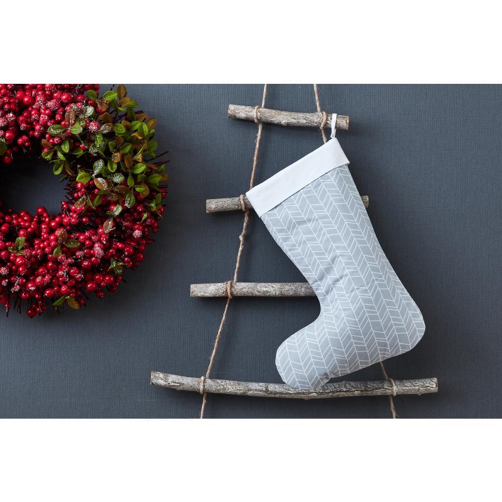 KraftKids Weihnachtssocke weiße Feder Muster auf Grau Weihnachtsstrumpf