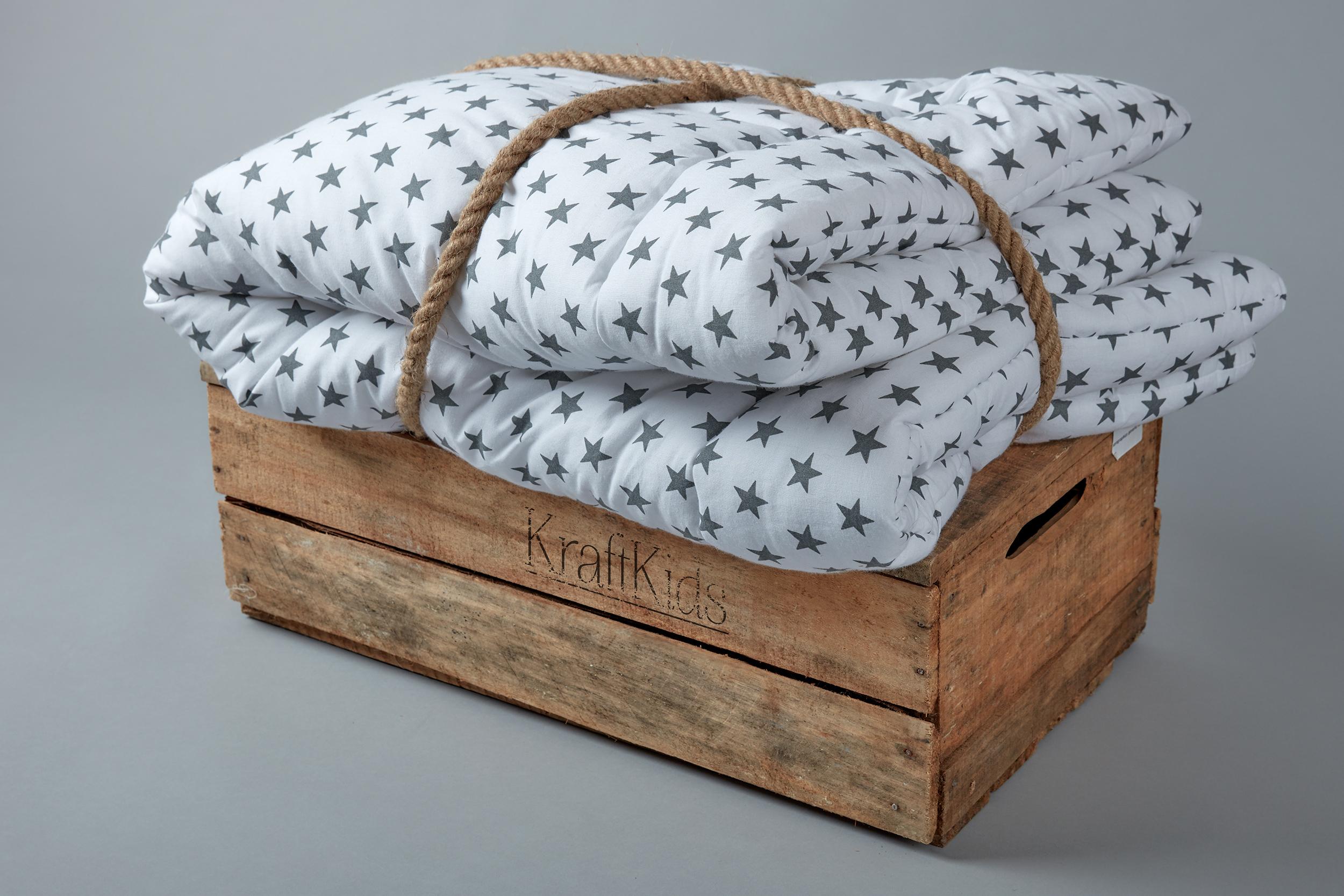 kraftkids krabbeldecke kleine graue sterne auf weiss. Black Bedroom Furniture Sets. Home Design Ideas