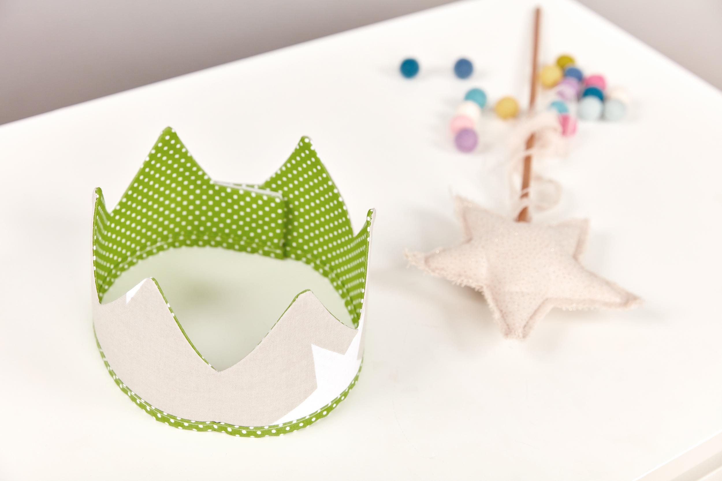KraftKids Dekoration Stoffkrone weiße Punkte auf Grün