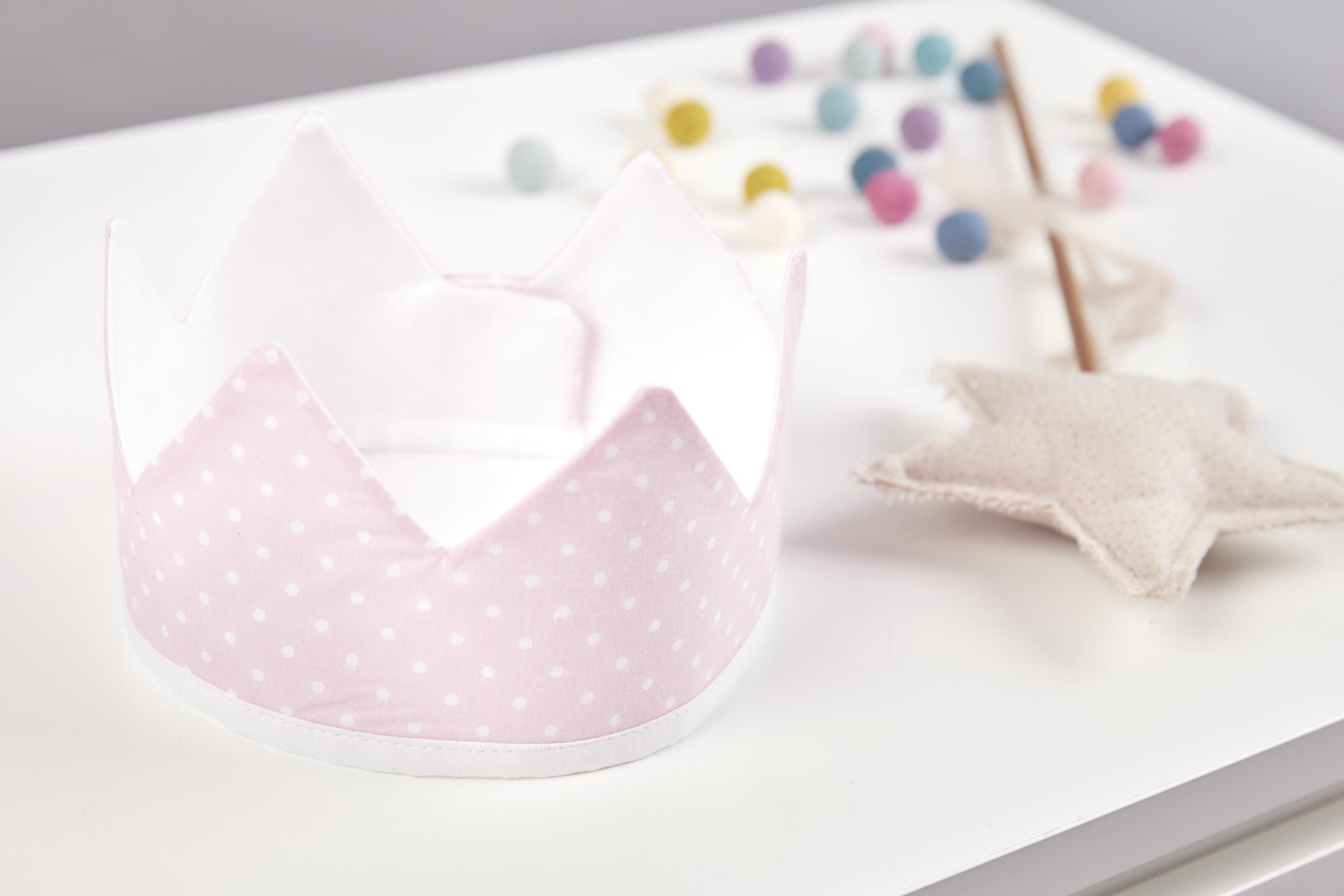 Kraftkids dekoration stoffkrone wei e punkte auf rosa for Dekoration rosa