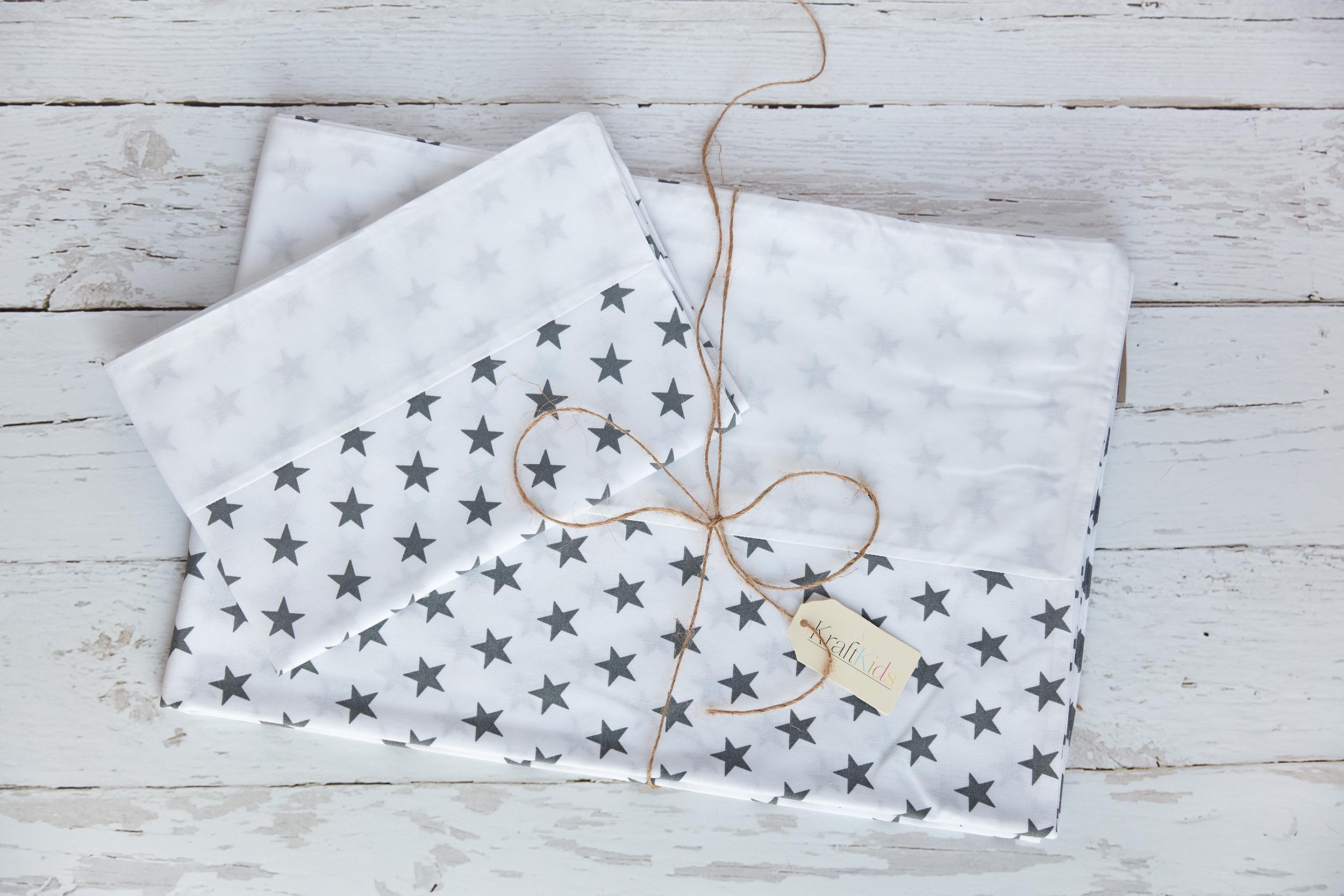 KraftKids Bettwäscheset Uniweiss und kleine graue Sterne auf Weiss 100 x 135 cm, Kissen 40 x 60 cm