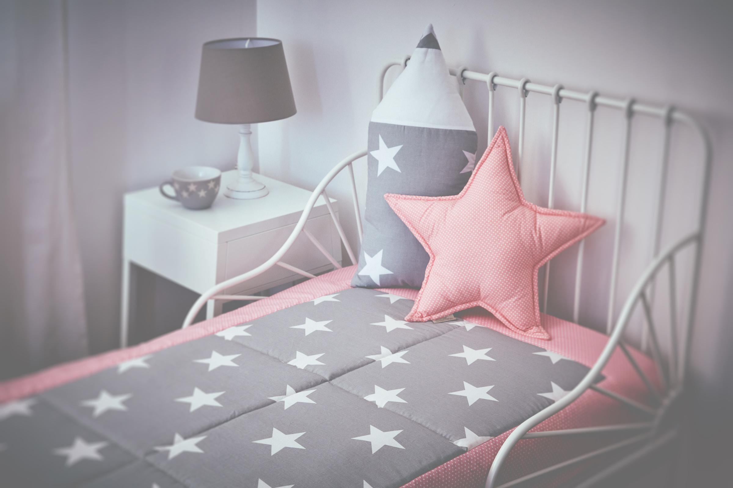KraftKids Tagesdecke große weiße Sterne auf Grau und weiße Punkte auf Koralrosa