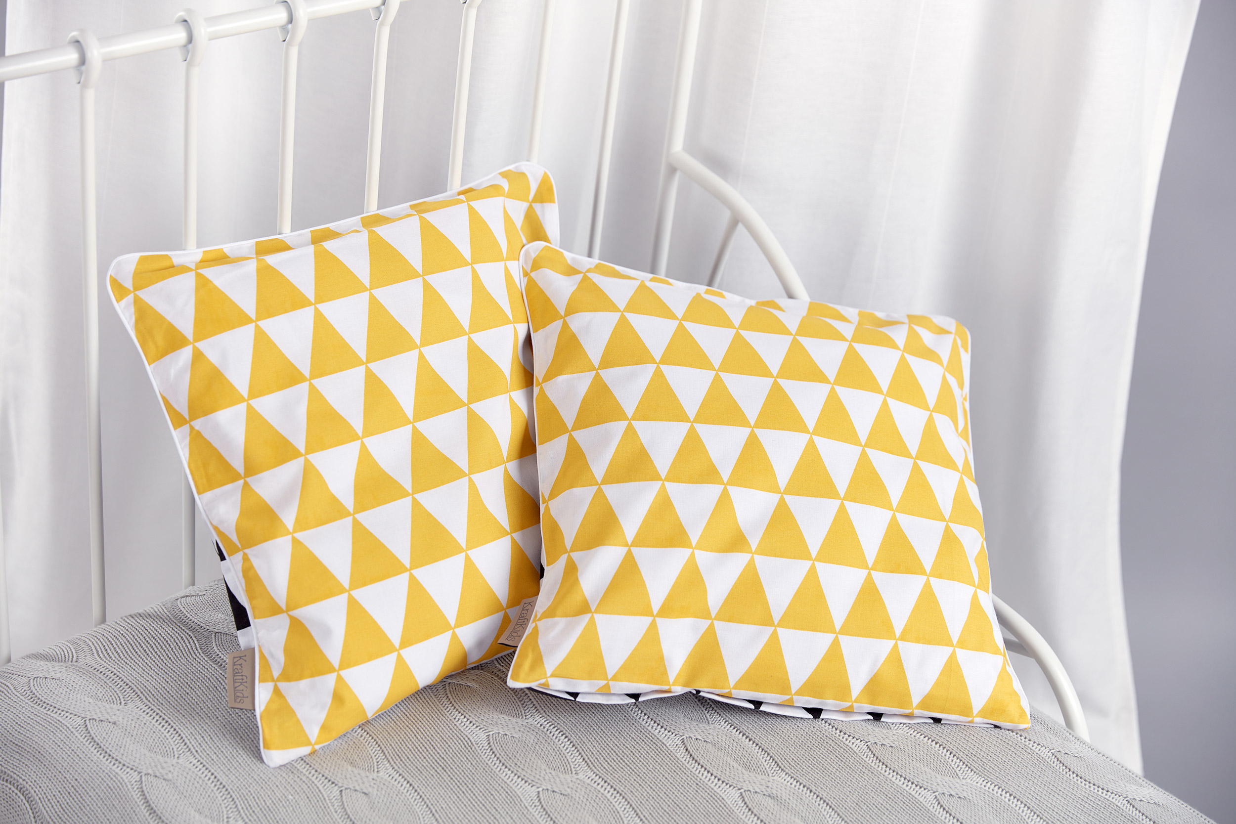 KraftKids Kissenbezug gelbe Dreiecke und schwarze Dreiecke