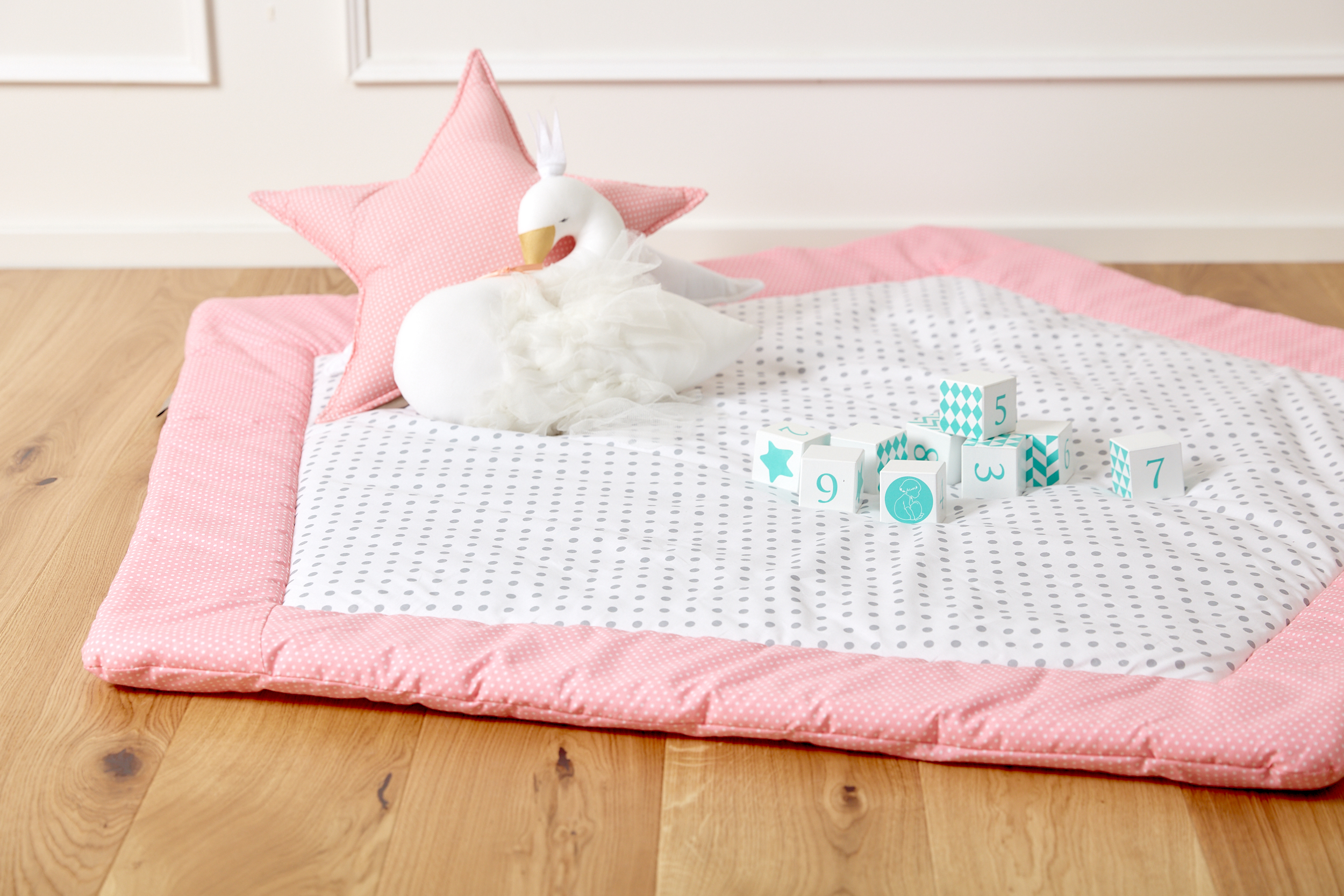 kraftkids spielmatte wei e punkte auf koralrosa und graue punkte auf weiss. Black Bedroom Furniture Sets. Home Design Ideas